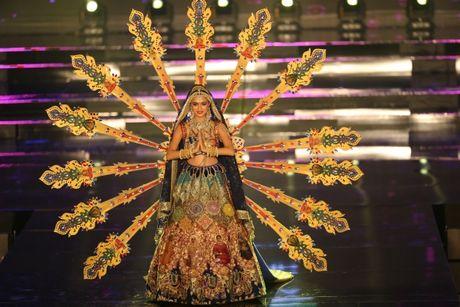 A hau Huyen My long lay trong phan thi Trang phuc dan toc tai Miss Grand International 2017 - Anh 8