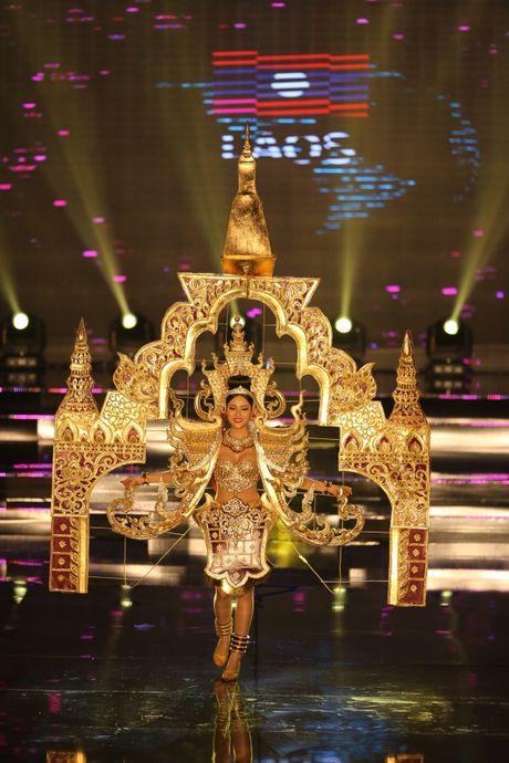 A hau Huyen My long lay trong phan thi Trang phuc dan toc tai Miss Grand International 2017 - Anh 9