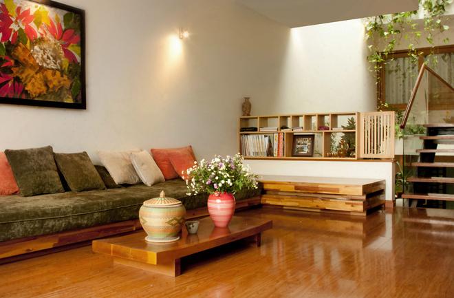 màu sàn gỗ căm xe vang hơn sàn gỗ tự nhiên Lim lào