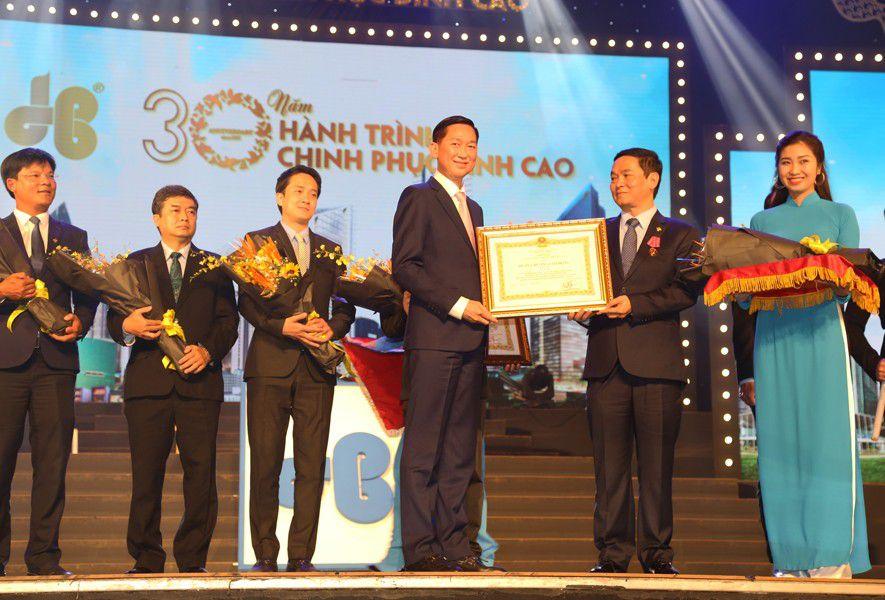 Hoà Bình Corporation vinh dự nhận Huân chương Lao động hạng Nhì và ông Lê Viết Hải vinh dự nhận Huân chương Lao động hạng Ba tại Lễ kỷ niệm 30 năm thành lập.