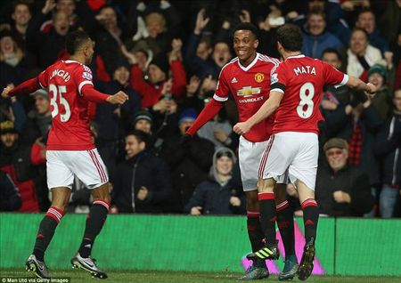 Man United 3-0 Stoke City: Quy do tro lai - Anh 4