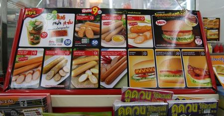 7-Eleven Viet Nam thi co hot vit lon xao me, vay 7-Eleven vong quanh the gioi co mon gi? - Anh 4