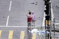 B bt 2 con ng co ro to dáng chp nh trong siêu bão Mangkhut