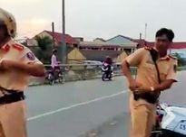 Bị bao vây, cảnh sát giao thông rút súng chĩa vào người dân?