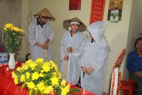 Tiếng khóc xé lòng của 3 người con mồ côi cha trong đám tang mẹ