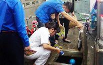 Duy trì các biện pháp đồng bộ vệ sinh môi trường, diệt bọ gậy, phun thuốc diệt muỗi
