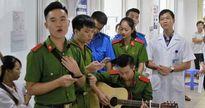 Sinh viên cảnh sát hát tặng 20/10 khiến 500 chị em bầu bí bật khóc