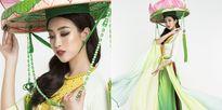 Mỹ Linh mặc áo tứ thân, đội nón hoa sen, múa 'Cò lả' tại Miss World 2017
