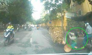 Đâm ngã người lao công vì chạy xe máy 'dán mặt' vào điện thoại