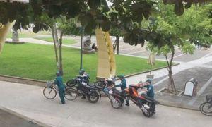 Dân phòng dùng xe đạp 'hốt' 3 xe tay ga khóa cổ