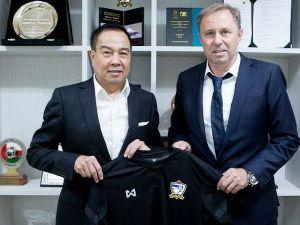 HLV từng vào tới tứ kết World Cup nhận lương kém xa Kiatisak