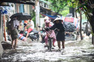 Đường Nguyễn Hữu Cảnh ngập nặng sau cơn mưa kéo dài 1 giờ