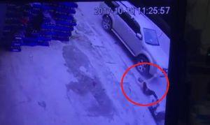 Ô tô đi sai làn, đâm người đi xe máy ngã văng rồi bỏ trốn