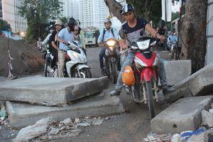 Vì đâu người dân 'làm xiếc' với tính mạng trên đường Phạm Văn Đồng?