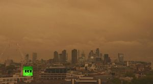 Bầu trời Anh nhuốm đỏ vì siêu bão