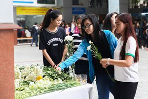 Thầy cô, bạn bè đặt hoa vĩnh biệt nam sinh viên Hutech xấu số