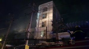 TPHCM: Cứu 7 người bị ngạt khói trong quán karaoke đang bốc cháy