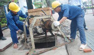 Đường Nguyễn Hữu Cảnh ngập dù có 'siêu máy bơm': Thấy chất 'lạ' gặp nước đông lại