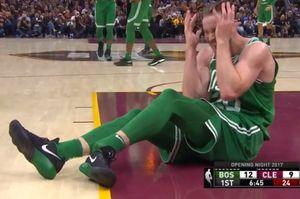 Sao bóng rổ gãy gập chân trong ngày khai màn NBA