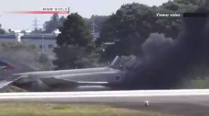 Chiến cơ Nhật Bản bốc cháy, 2 phi công bỏ chạy thục mạng