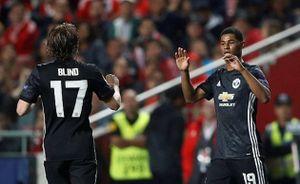 Thủ môn Benfica sai lầm, Rashford ghi bàn dị như Ronaldinho