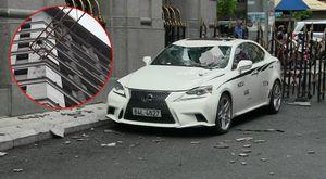 Tay cẩu công trình hất tung mảng tường ngân hàng đè nát ô tô tiền tỷ ở Sài Gòn