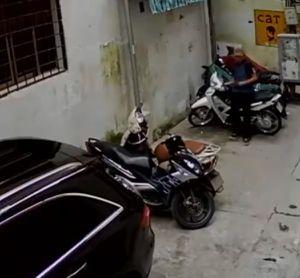 Clip: Người đàn ông bẻ khóa trộm xe trong 2 giây giữa phố Hà Nội