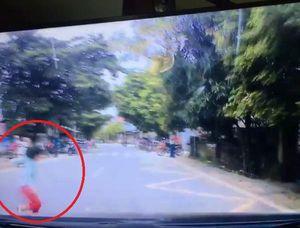 Clip: Thót tim cảnh bé gái lao qua đường đột ngột suýt bị ô tô tông trúng