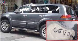 Ô tô đỗ trước cửa hàng, cô gái 'không nói nhiều' lấy băng vệ sinh dán khắp xe