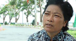 Người phụ nữ nhặt ve chai 15 năm vá đường giúp người