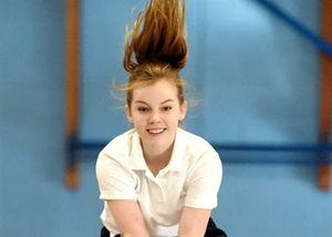 Cô bé vượt qua mặc cảm truyền cảm hứng cho người khiếm khuyết thân thể