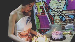 Thủy Tiên nghẹn ngào thổi nến chúc mừng sinh nhật fan đã khuất