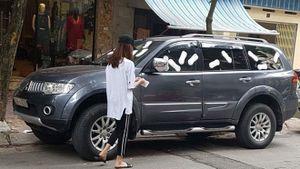 Cô gái trẻ live stream dán băng vệ sinh quanh ô tô: 'Tôi nhắc nhiều nhưng chủ xe không nghe'