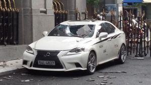 Xe sang BMW và Lexus bể kính, nát đầu do bê tông từ 'trên trời' rơi xuống