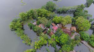 Ngôi làng ven đô bị cô lập cả tuần trong nước lũ