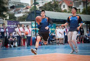 Đạt Doc, Hoàng Ca biểu diễn kỹ thuật bóng rổ với các em học sinh