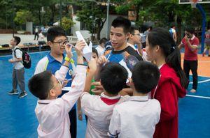Sao Hanoi Buffaloes truyền niềm đam mê bóng rổ tới học đường