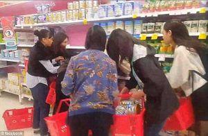 Cảnh khách Á tranh cướp nhau mua sữa bột ở Australia