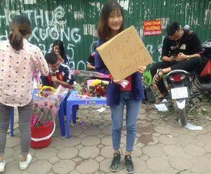 Bán cái ôm giá 10 ngàn kèm hoa hồng gây bất bình, nữ sinh Công nghiệp Hà Nội lên tiếng
