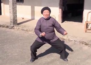 'Bà ngoại Kung fu' 94 tuổi múa võ dẻo dai