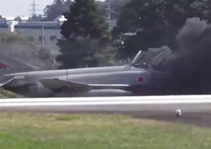 Giây phút phi công Nhật nhảy ra khỏi tiêm kích cháy ngùn ngụt