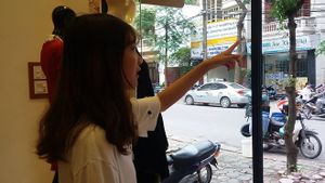 Cô gái dán băng vệ sinh lên ôtô tiết lộ lý do chủ xe không lái đi chỗ khác