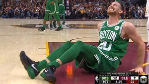 Kinh hoàng pha chấn thương gập chân của ngôi sao NBA