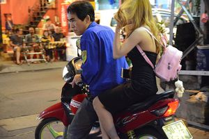 Những xe ôm dùng tay, 'xổ tiếng Anh' bắt khách ngay trung tâm thành phố