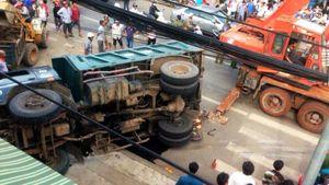 Ôtô tải lật nghiêng đè chết người bán vé số