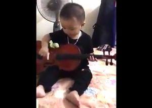 Bé trai 20 tháng tuổi thích chơi các loại nhạc cụ
