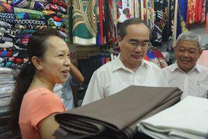Bí thư Thành ủy Nguyễn Thiện Nhân thăm tiểu thương chợ An Đông
