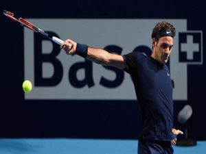 Clip hot tennis: 'Ma thuật' của Federer, đổ keo vào vợt