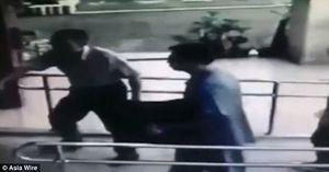 Video sốc: Bố mang xác con sơ sinh giấu dưới gầm giường 12 năm ra đầu thú