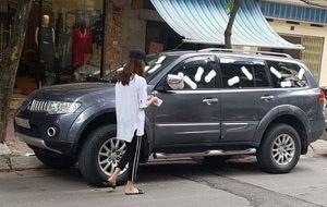 Cô gái trẻ dán băng vệ sinh kín xe ô tô vì cho rằng chủ xe 'đỗ vô ý thức'